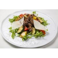 Теплый салат гриль со свининой и овощами